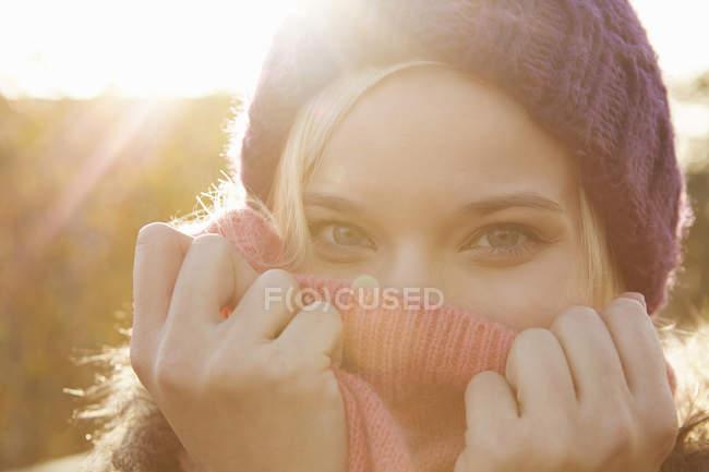 Портрет молодой женщины носить шапка, рот охватывает — стоковое фото