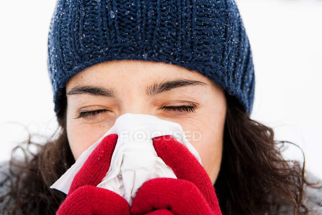 Женщина вытирает нос крупным планом — стоковое фото