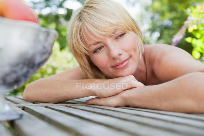 Mujer joven descansando su cabeza sobre la mesa - foto de stock