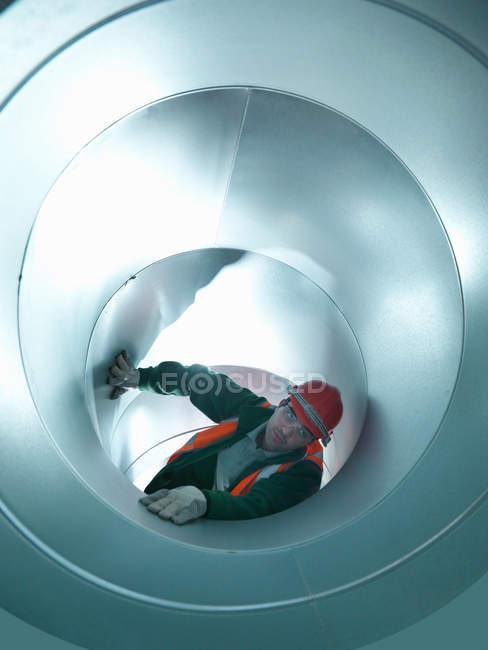 Workman з нержавіючої сталі повітряні труби будівельного майданчика — стокове фото