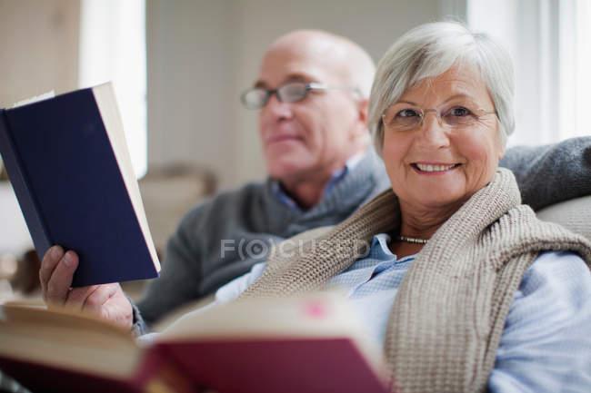 Sorridente coppia di anziani libri di lettura — Foto stock