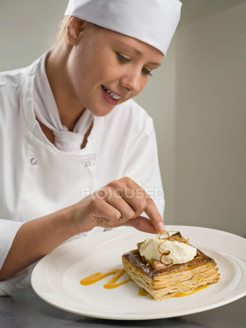 A female chef finishing a desert — Stock Photo