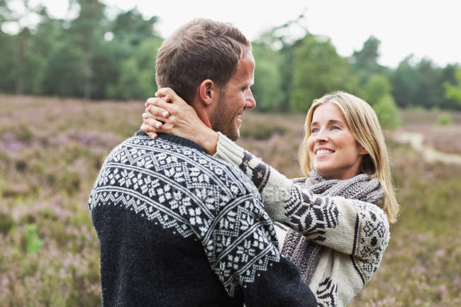 Взрослая пара обнимается — стоковое фото