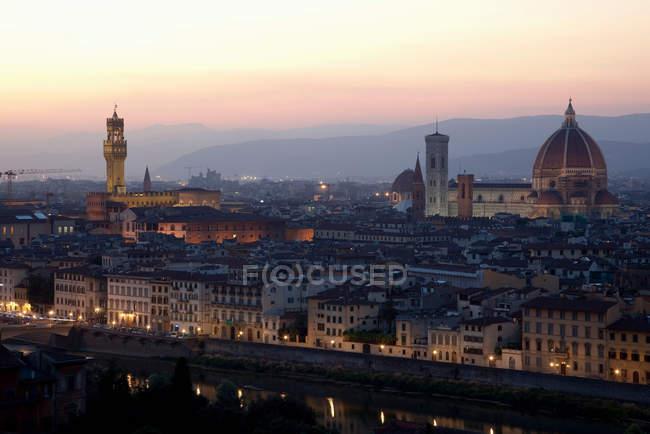 Vista aerea di Firenze paesaggio urbano illuminato di notte — Foto stock