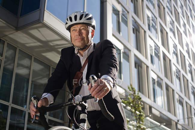 Portrait de l'homme d'affaires à vélo — Photo de stock
