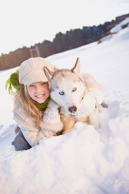 Девушка, охватывающей Сибирский хаски — стоковое фото