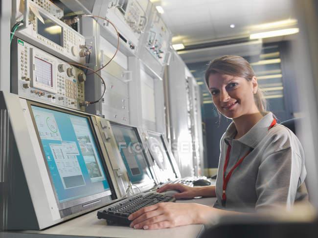 Mulher na mesa de controle parabólica — Fotografia de Stock