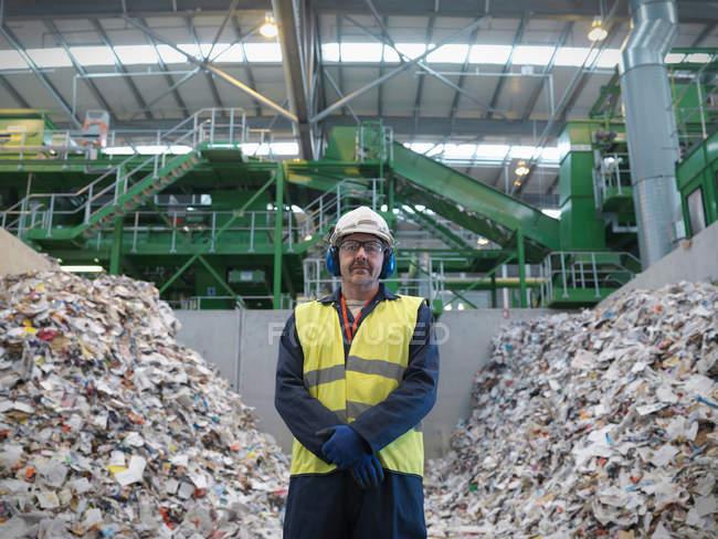 Trabajador con papel reciclado - foto de stock