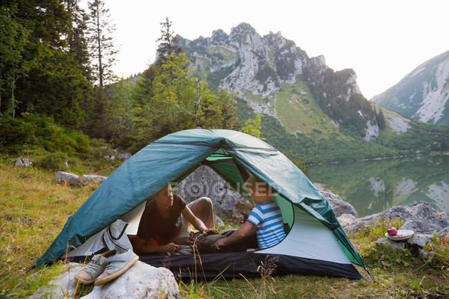 Отец и сын, отдохнуть в палатке — стоковое фото