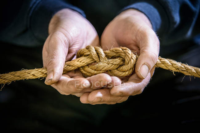 Морські студент, пов'язуючи фігура з восьми або вузол пробкою з мотузкою — стокове фото