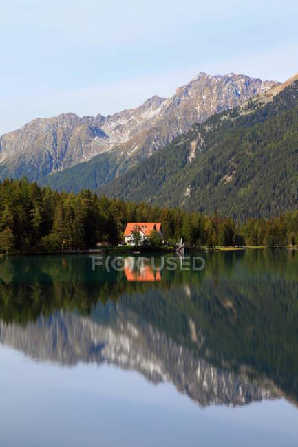 Berge im noch ländlichen See — Stockfoto