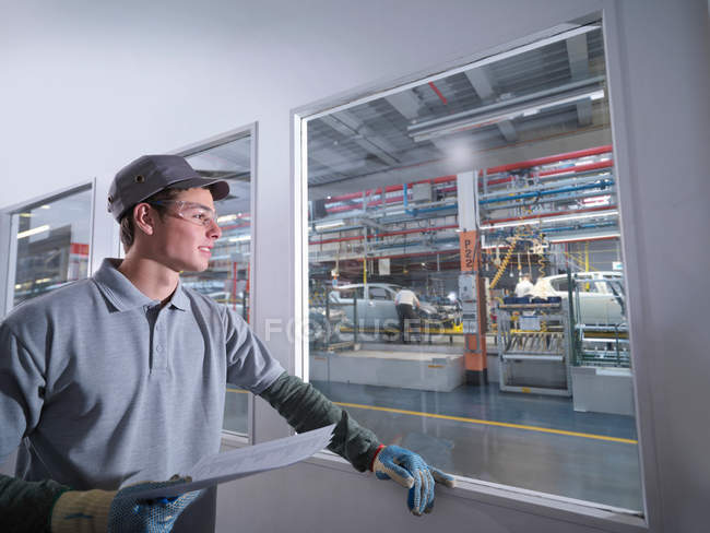 Car Plant Worker Looking Over Factory — Stock Photo