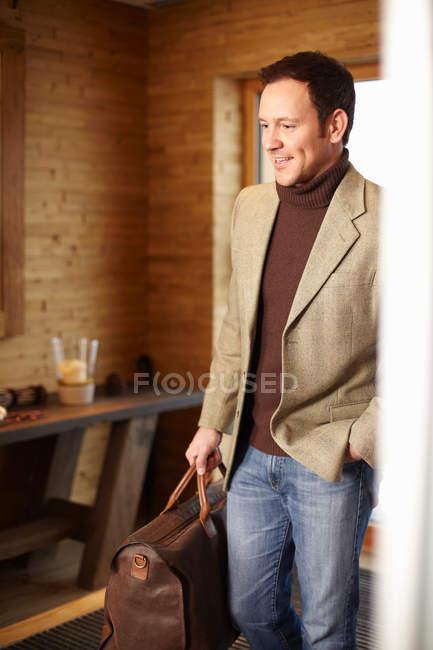 Hombre caminando en el vestíbulo del hotel - foto de stock
