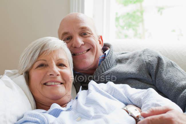 Улыбаясь пожилая пара отдыхавместе — стоковое фото