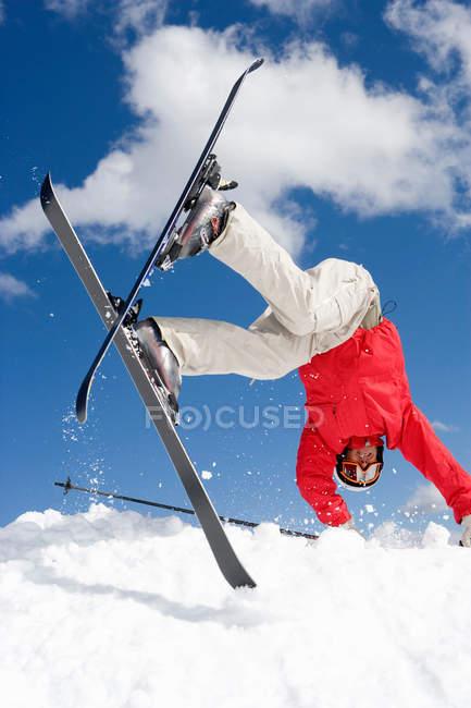 Malle skieur tombant dans la neige — Photo de stock