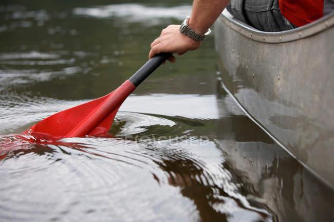 Coup de pagaie de kayak dans l'eau — Photo de stock