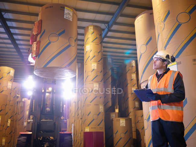 Travailleur de port avec Clip Board & chariot élévateur — Photo de stock