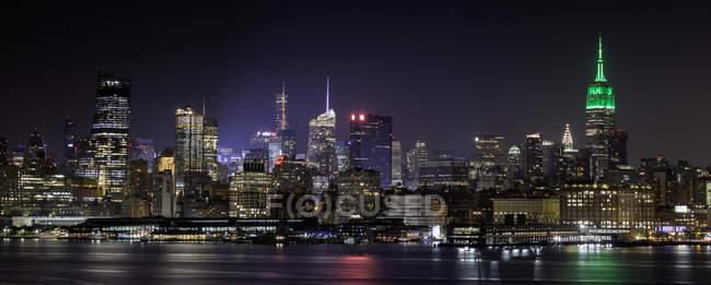 Skyline illuminé la nuit, Hoboken, New Jersey, États-Unis — Photo de stock