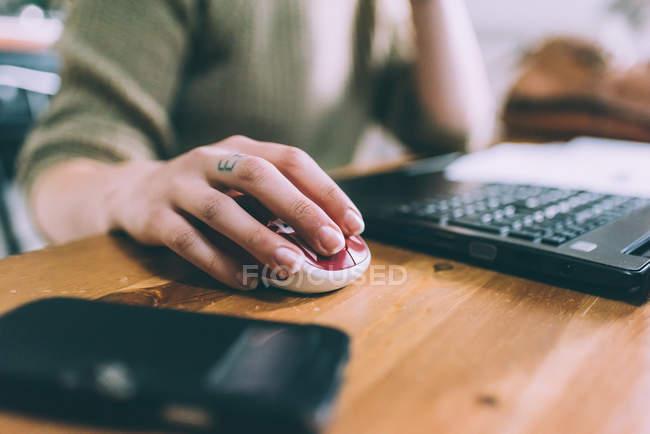 Mão de jovem usando mouse laptop — Fotografia de Stock