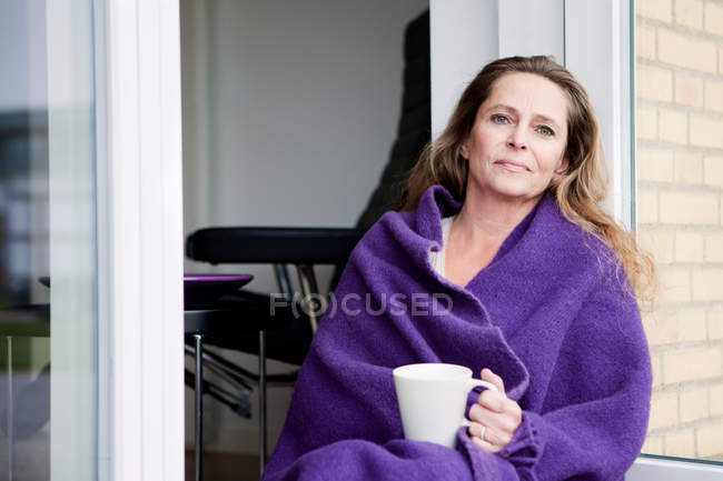 Femme avec du café en plein air de couverture — Photo de stock