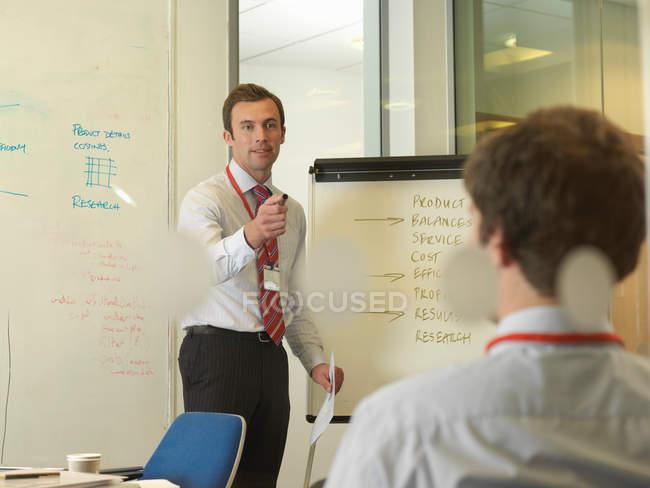 Офисная команда проводит встречу в конференц-зале — стоковое фото