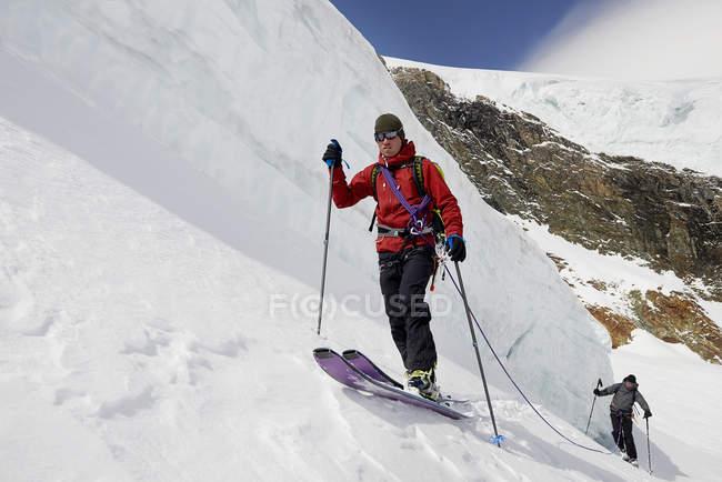 Горнолыжные гастроли альпинистов на заснеженные горы, Saas Fee, Швейцария — стоковое фото