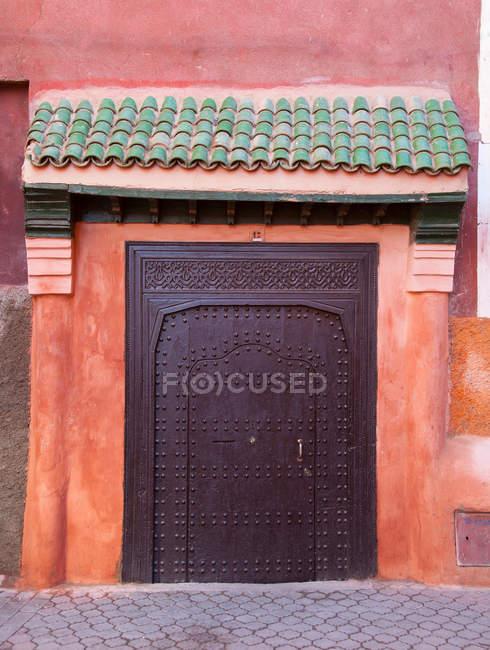 Багато прикрашений металеві двері на вулиці — стокове фото