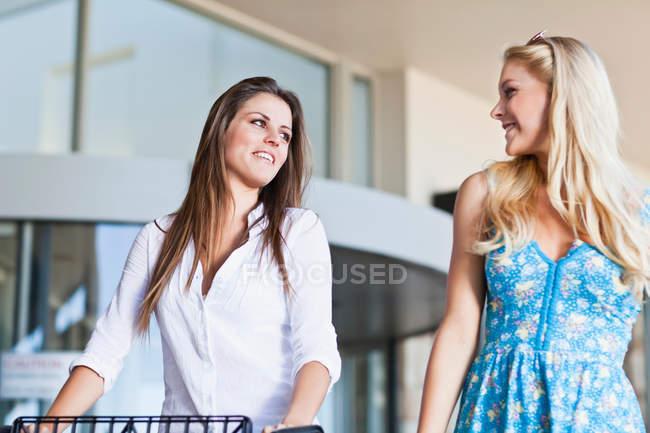 Le donne fanno shopping insieme, si concentrano sul primo piano — Foto stock