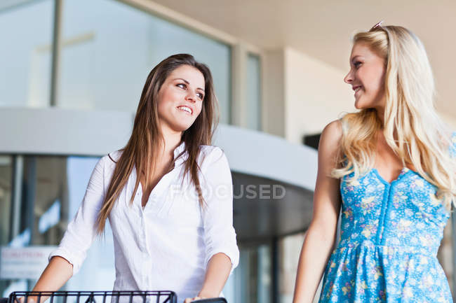 Mulheres que compra junto, foco no primeiro plano — Fotografia de Stock