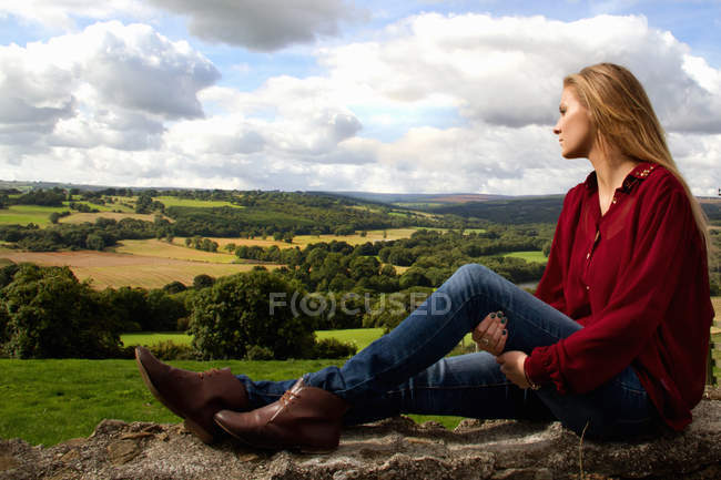 Retrato de jovem olhando sobre a paisagem rural — Fotografia de Stock