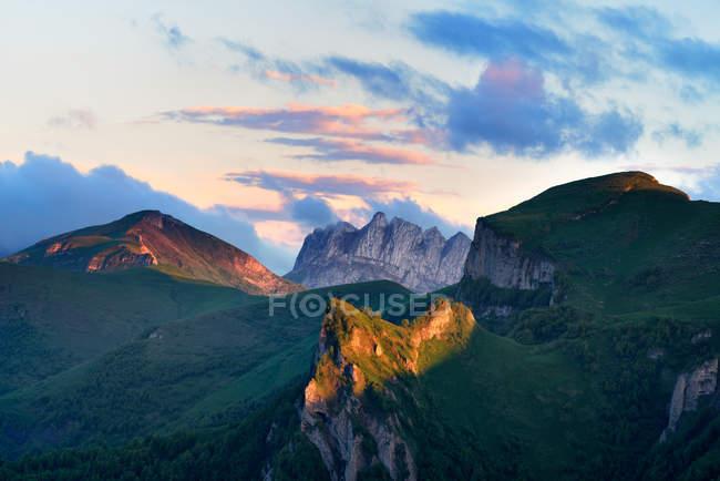 Paesaggio delle montagne Acheshboki sullo sfondo, Bolshoy Thach Nature Park, Montagne caucasiche, Repubblica di Adygea, Russia — Foto stock