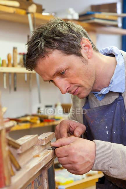 Плотник, работающий в цехе, избирательный фокус — стоковое фото