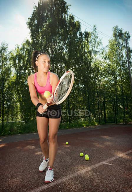 Jugador de tenis que sirve en Tribunal - foto de stock