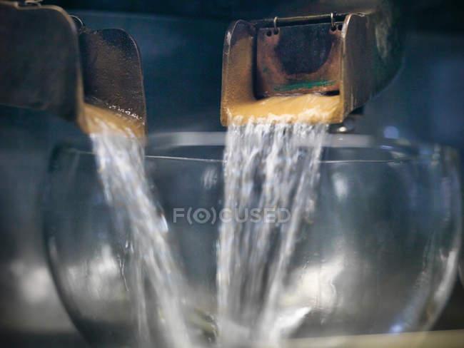 Uísque puro derramando de alambiques em uma destilaria — Fotografia de Stock