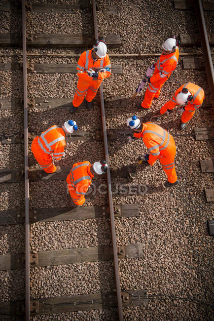 Eisenbahner arbeiten an Gleisen, Blick über die Oberleitung — Stockfoto