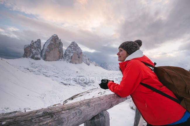 Alpinista feminina olhando a vista, Tre Cime di Lavaredo área, Tirol do Sul, Dolomite Alpes, Itália — Fotografia de Stock