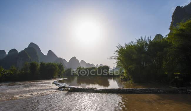 Yu Long fiume e montagne carsiche, Guangxi, Cina — Foto stock