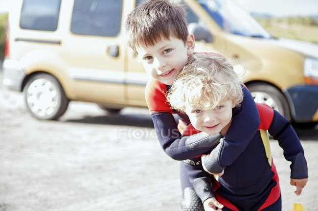 Retrato de irmãos vestindo ternos molhados — Fotografia de Stock