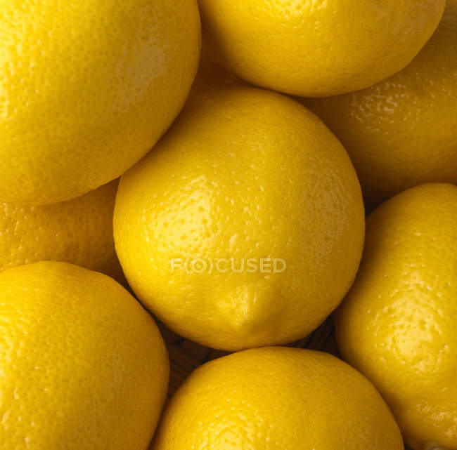 Full frame image of pile of yellow lemons in row — Stock Photo