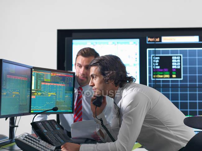 Финансовые предатели с экранами — стоковое фото