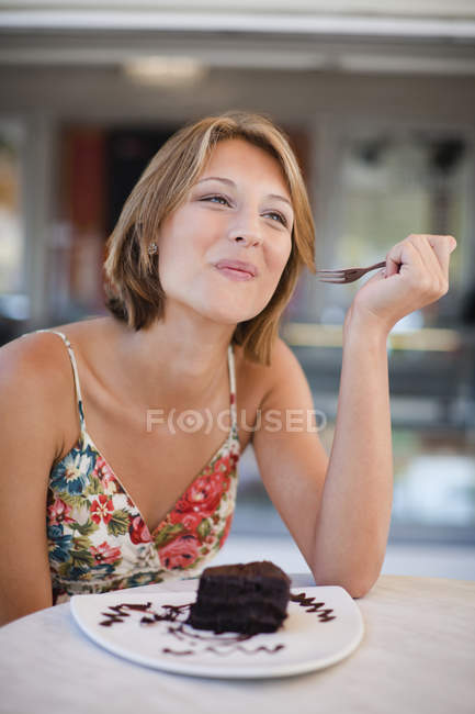 Женщина десерт еда в кафе — стоковое фото