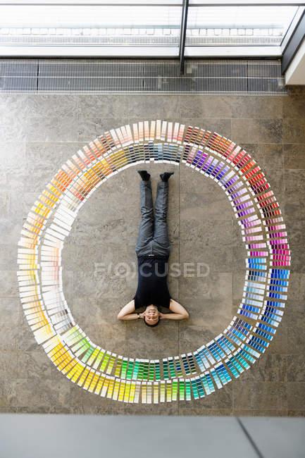 Uomo d'affari posa con tamponi di vernice — Foto stock