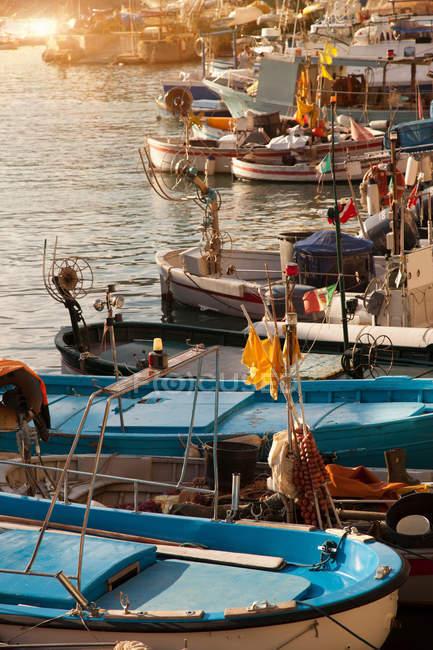 Barcos atracados en muelle urbano - foto de stock