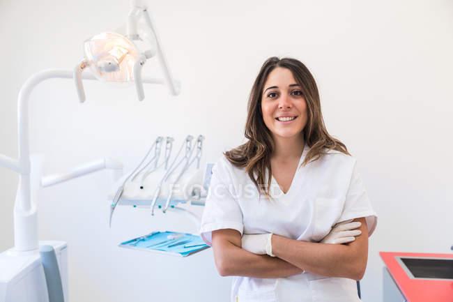 Portrait de dentiste avec les bras croisés — Photo de stock