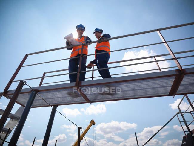 Інженери з видом на суднобудівне будівництво — стокове фото