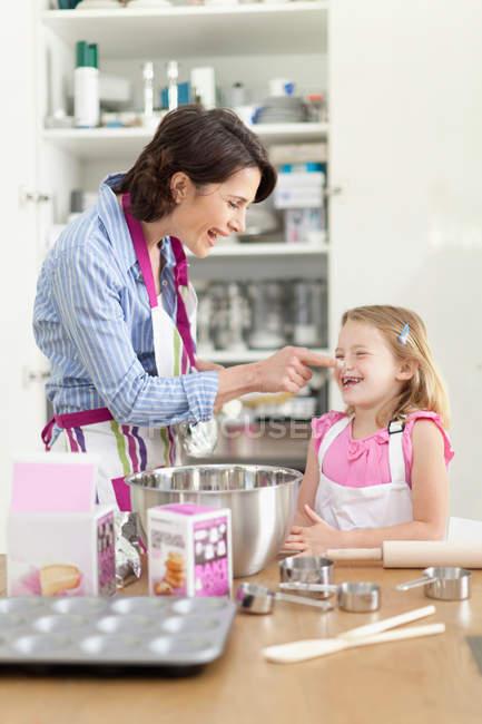 Madre e figlia cuocere in cucina — Foto stock