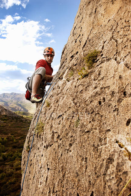 Человек скалистый в дневное время — стоковое фото