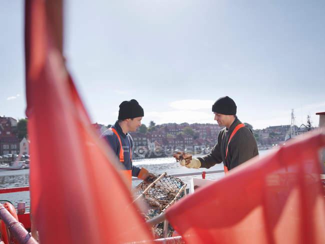 Pêcheurs avec des crabes et des pots de homard — Photo de stock