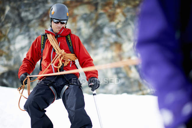 Mountaineer descending snow-covered mountain — Stock Photo