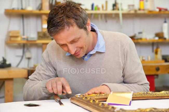 Карпентер працює в магазині, зосередитися на передньому плані — стокове фото